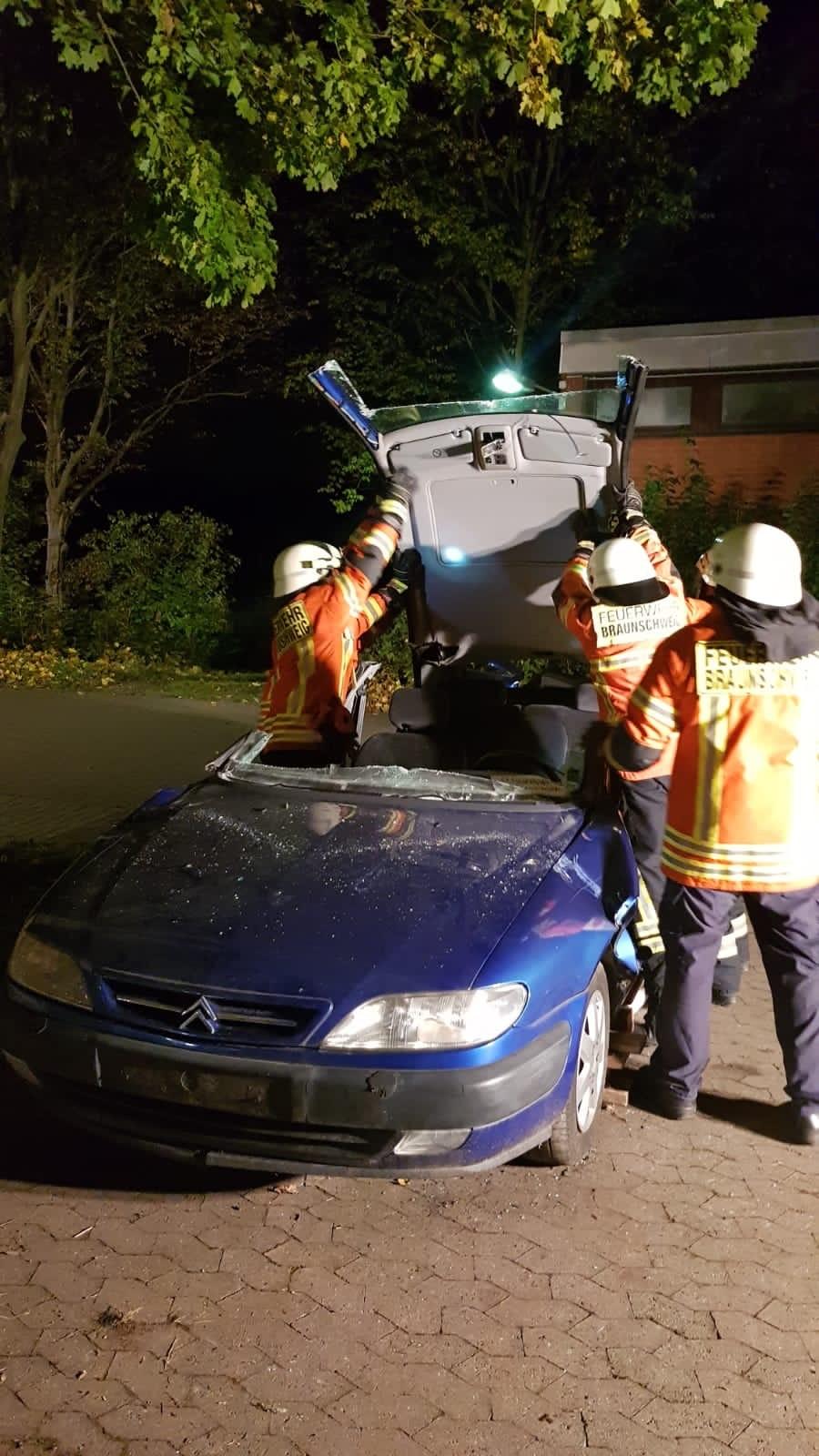 Umklappen des Fahrzeugdaches zur schonenden Patientenrettung
